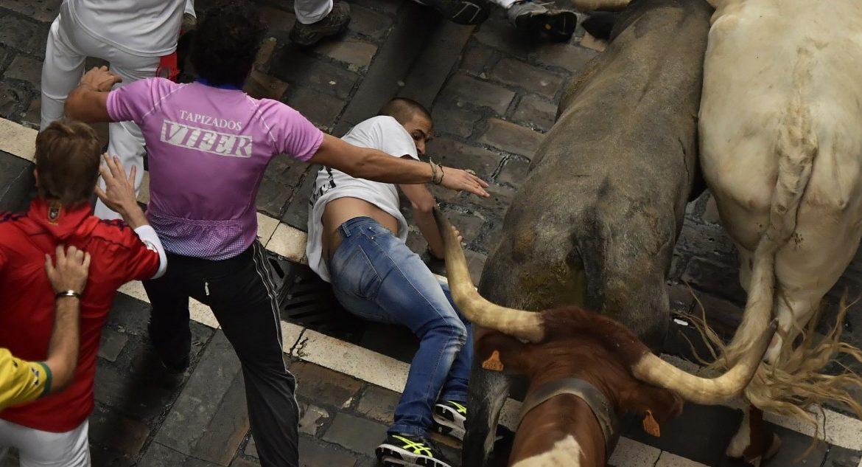 Stiere spießten Männer an empfindlichster Stelle auf