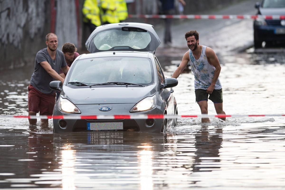Unwetter über Köln - U-Bahn-Station geflutet, Flugbetrieb unterbrochen